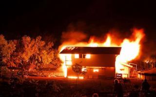 Giận chồng, vợ dùng xăng đốt nhà để chết chung