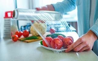 Bảo quản 3 nhóm đồ ăn này bằng màng bọc thực phẩm: Vừa giảm giá trị dinh dưỡng vừa sinh ra chất độc