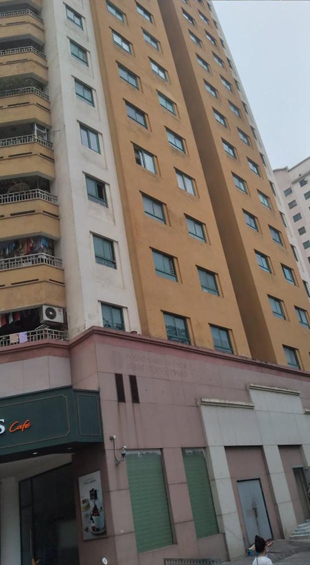Người dân kể lại giây phút bé gái 6 tuổi rơi từ tầng 12 chung cư tử vong: 'Cháu bé xinh xắn lắm, chúng tôi không ai cầm được nước mắt' - 1
